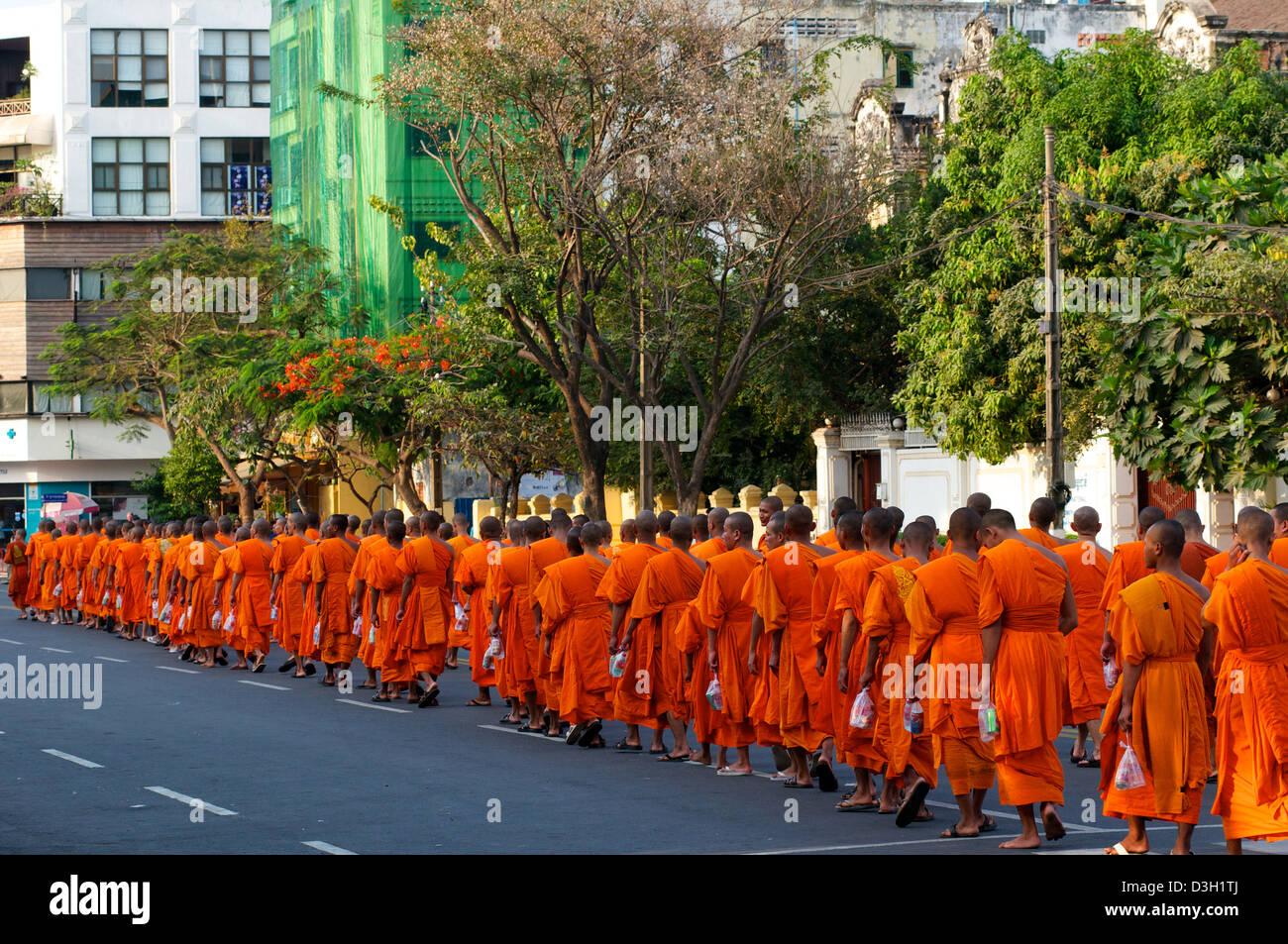 Los monjes budistas camboyanos lloran la pérdida del Rey Norodom Sihanouk en Phnom Penh, Camboya. Crédito: © Kraig Foto de stock