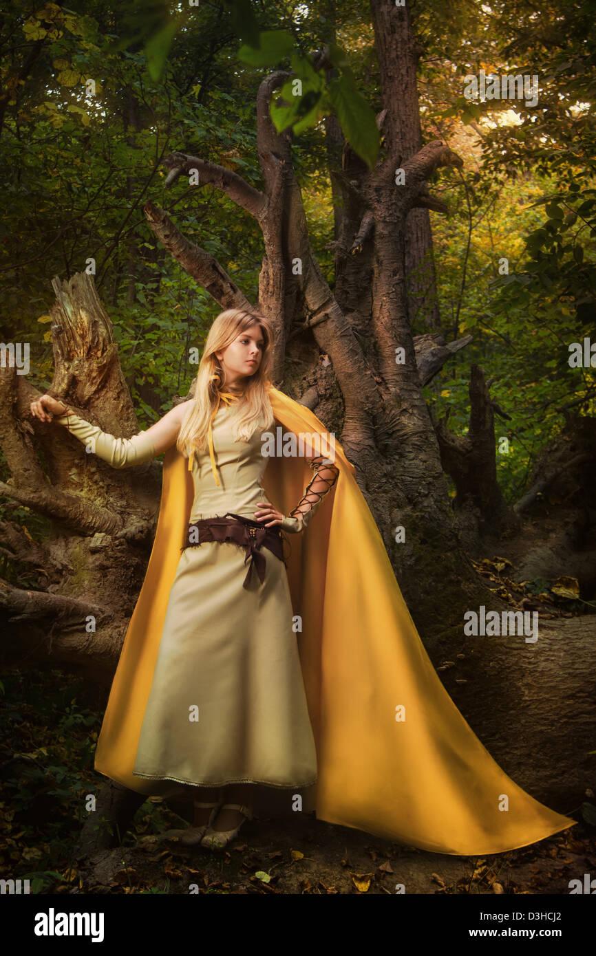 Chica rubia en un bosque mágico Foto de stock