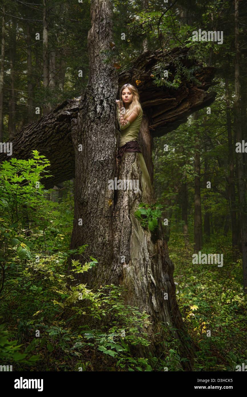 Chica rubia en un bosque mágico Imagen De Stock