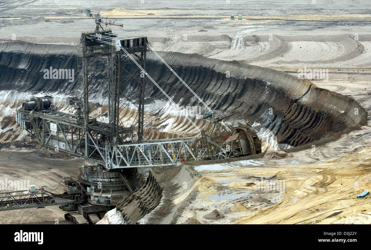 (Dpa) - Una excavadora del carbón marrón representada en Garzweiler, Alemania, el 10 de mayo de 2005. Keywords: Economy-Business-finanzas, RBP, la ingeniería, la energía_y_Recursos, excavadora, Alemania:DEU, feature, general_view Foto de stock