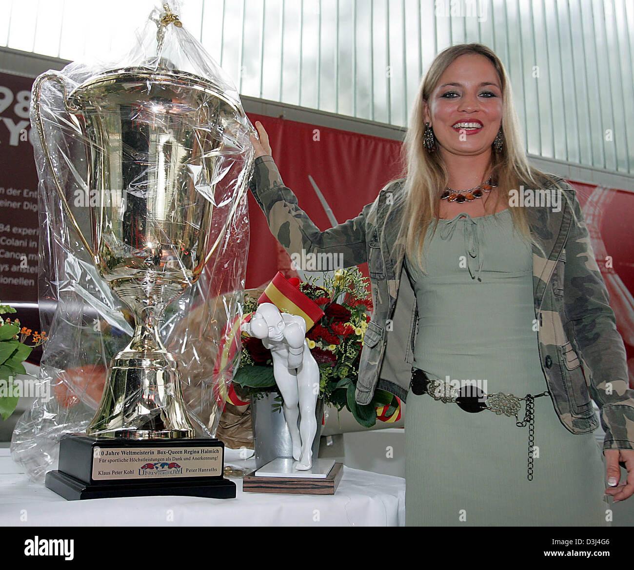 (Dpa) - El alemán campeón del mundo de boxeo femenino Regina Halmich fotografiada con un overdimensional Imagen De Stock