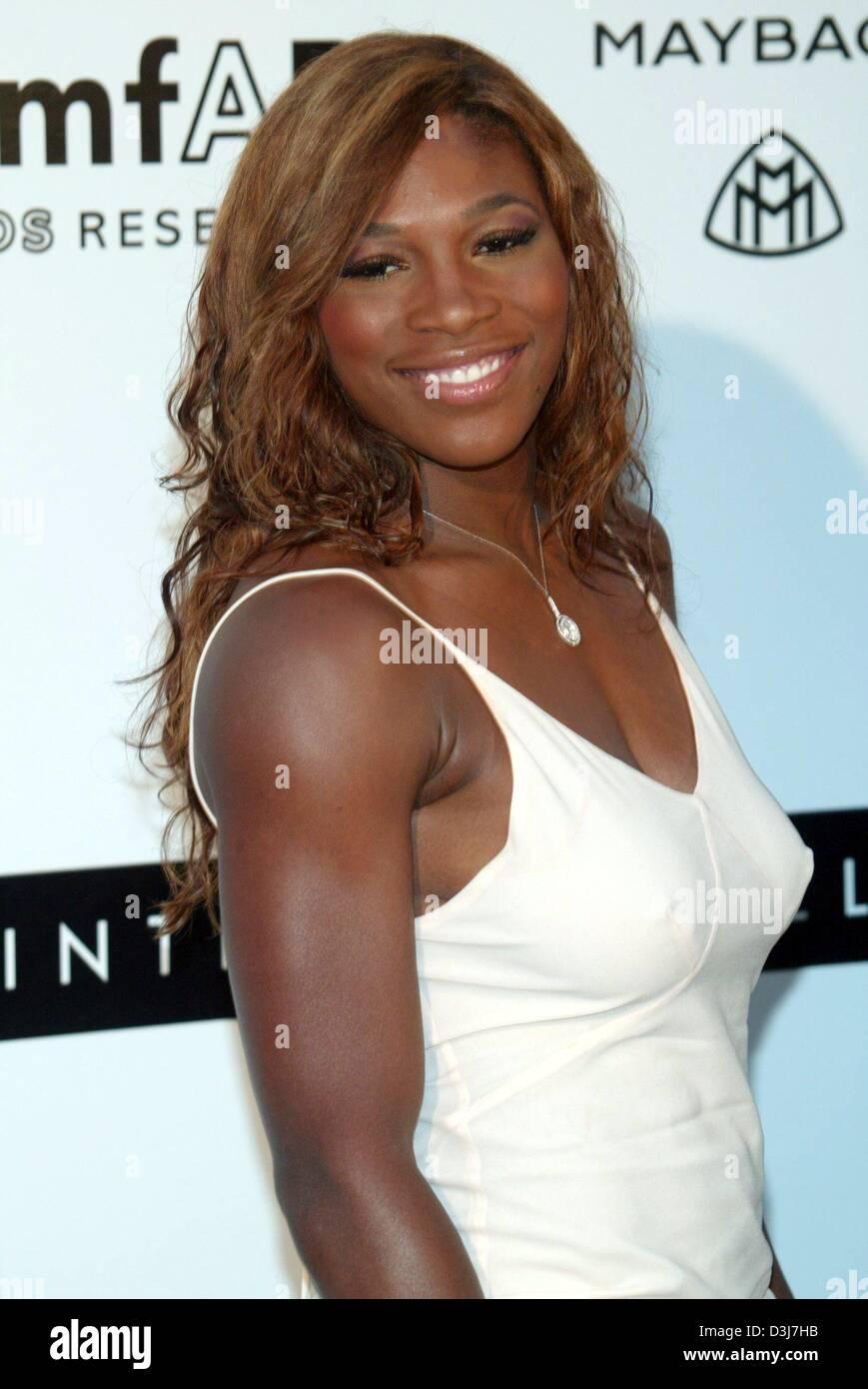 (Dpa) - La tenista estadounidense Serena Williams sonríe al cine amfAR contra el SIDA evento de caridad en el Moulin de Mougins, cerca de Cannes, Francia, el 20 de mayo de 2004. Foto de stock