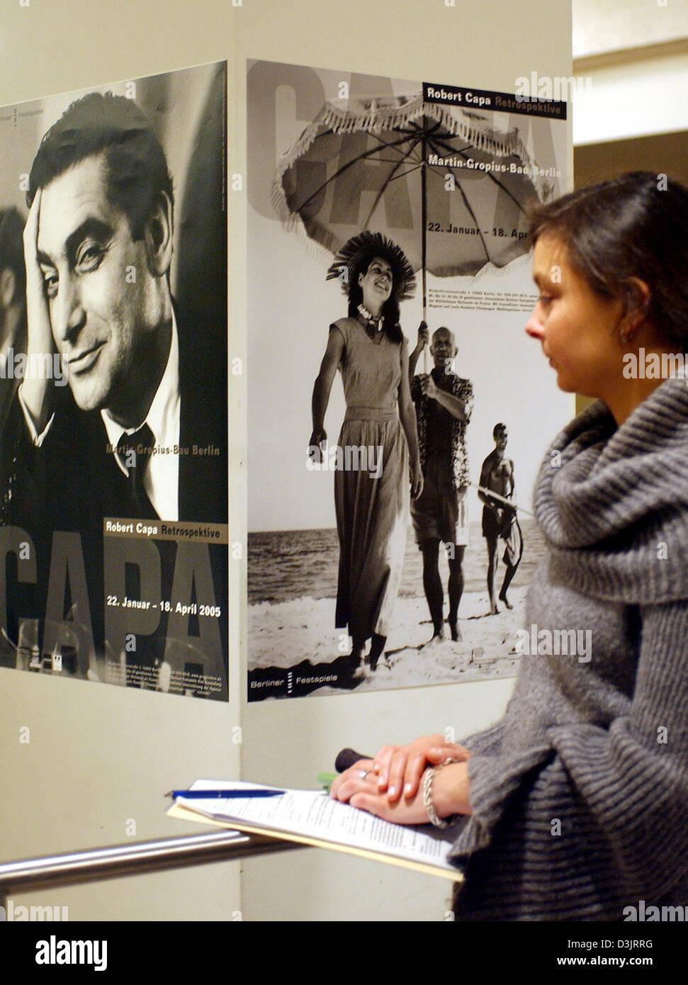 (Dpa) - un visitante ve en dos carteles (a la izquierda un retrato de Robert Capa tomadas por Ruth Orkin en 1921; Foto de stock