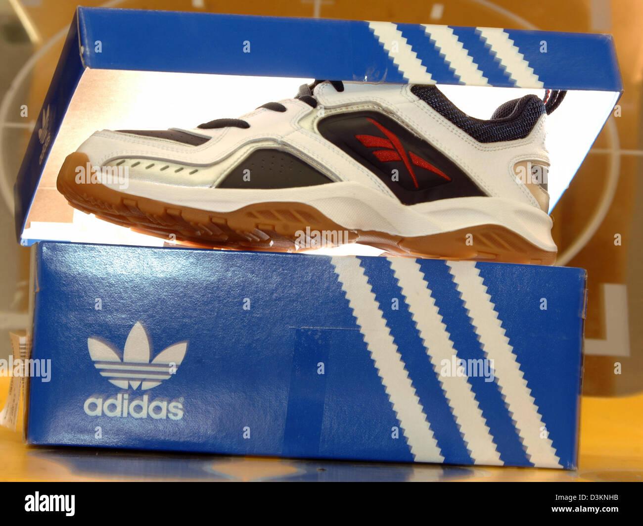 Dpa) zapatillas adidas Originals stand en un estante en la