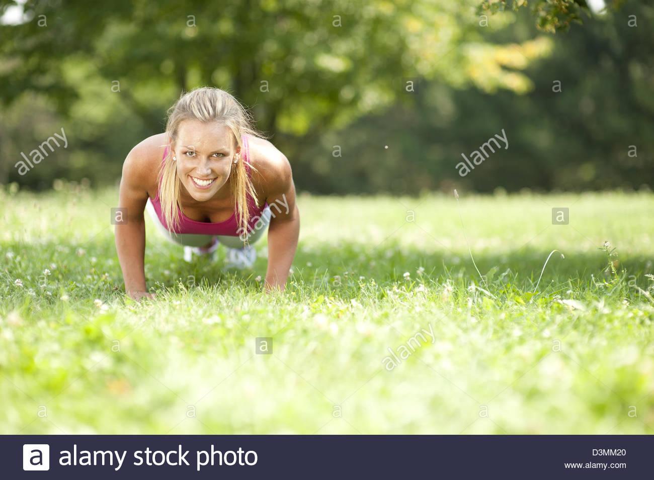 Mujer realizando ejercicios Imagen De Stock