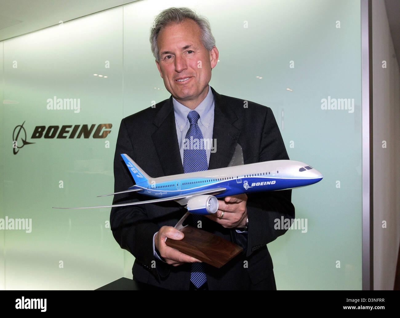 Jim McNerney, CEO de Boeing, contiene un modelo de un Boeing 787 en su oficina en Berlín, Alemania, el jueves 4 de mayo de 2006. La entrega del avión aún en desarrollo shal comiencen en 2008. Foto: Miguel Villagrán Foto de stock