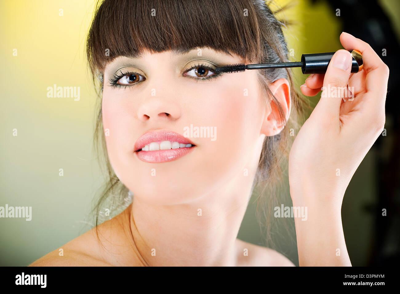 Pretty Woman aplicar mascara Imagen De Stock