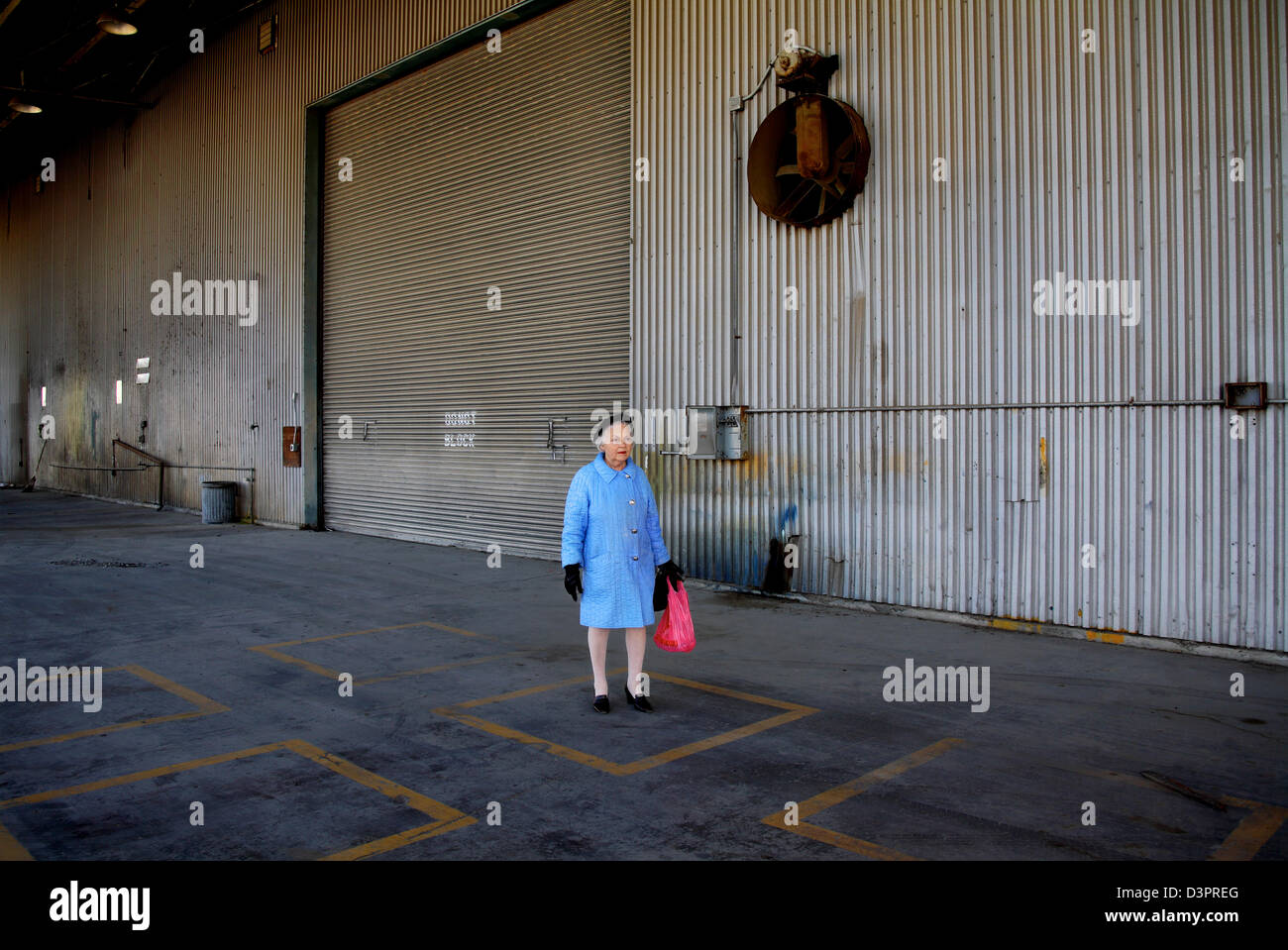 Mujer de pie solo en colores brillantes Imagen De Stock