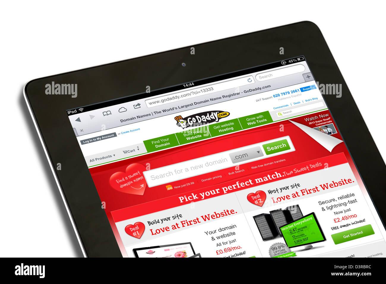 El registro de dominios y alojamiento web site Go Daddy ver en un iPad 4ª generación Imagen De Stock