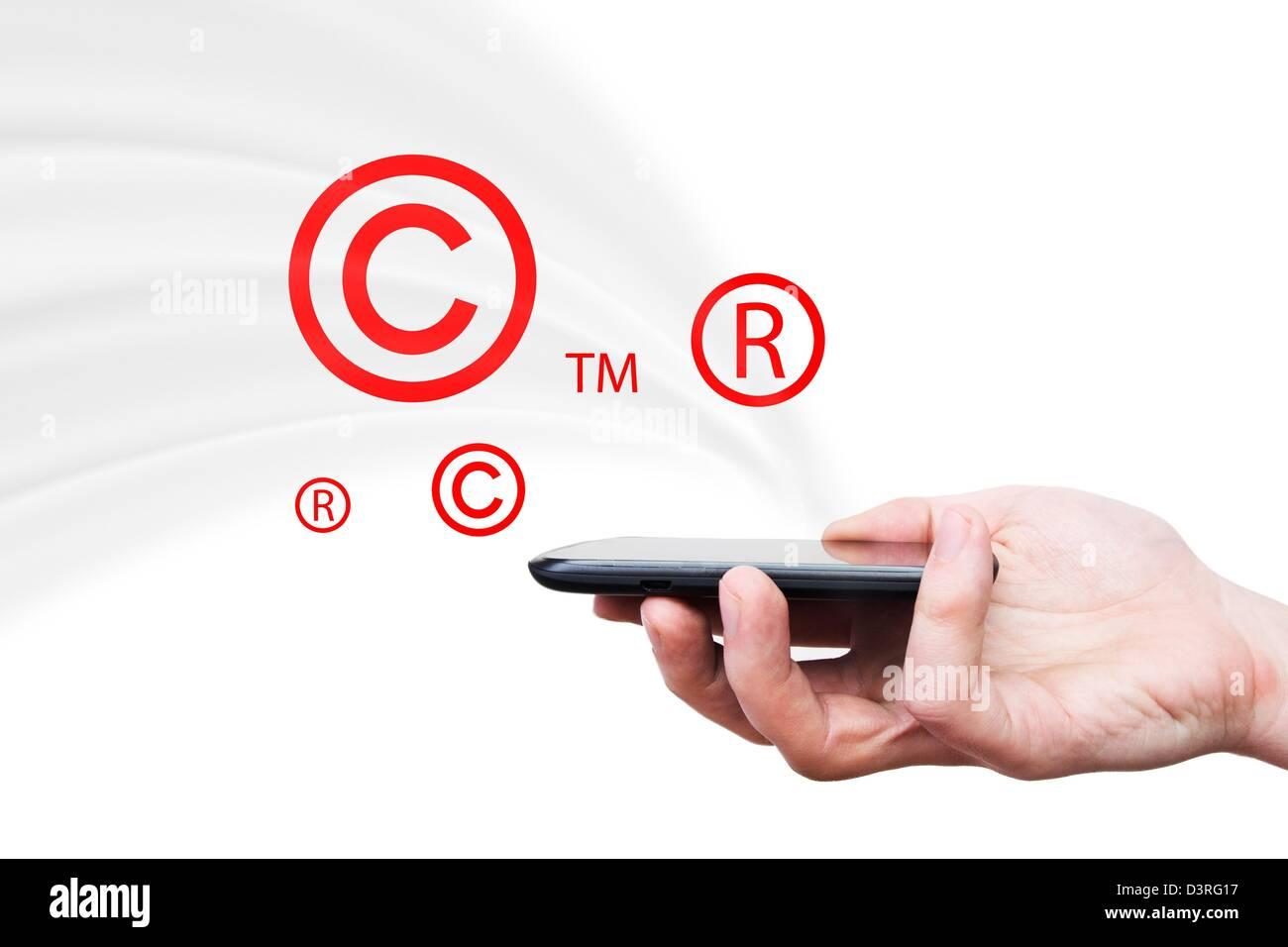 Los símbolos de copyright, marca comercial volando desde el smartphone. La seguridad y la piratería composición Foto de stock