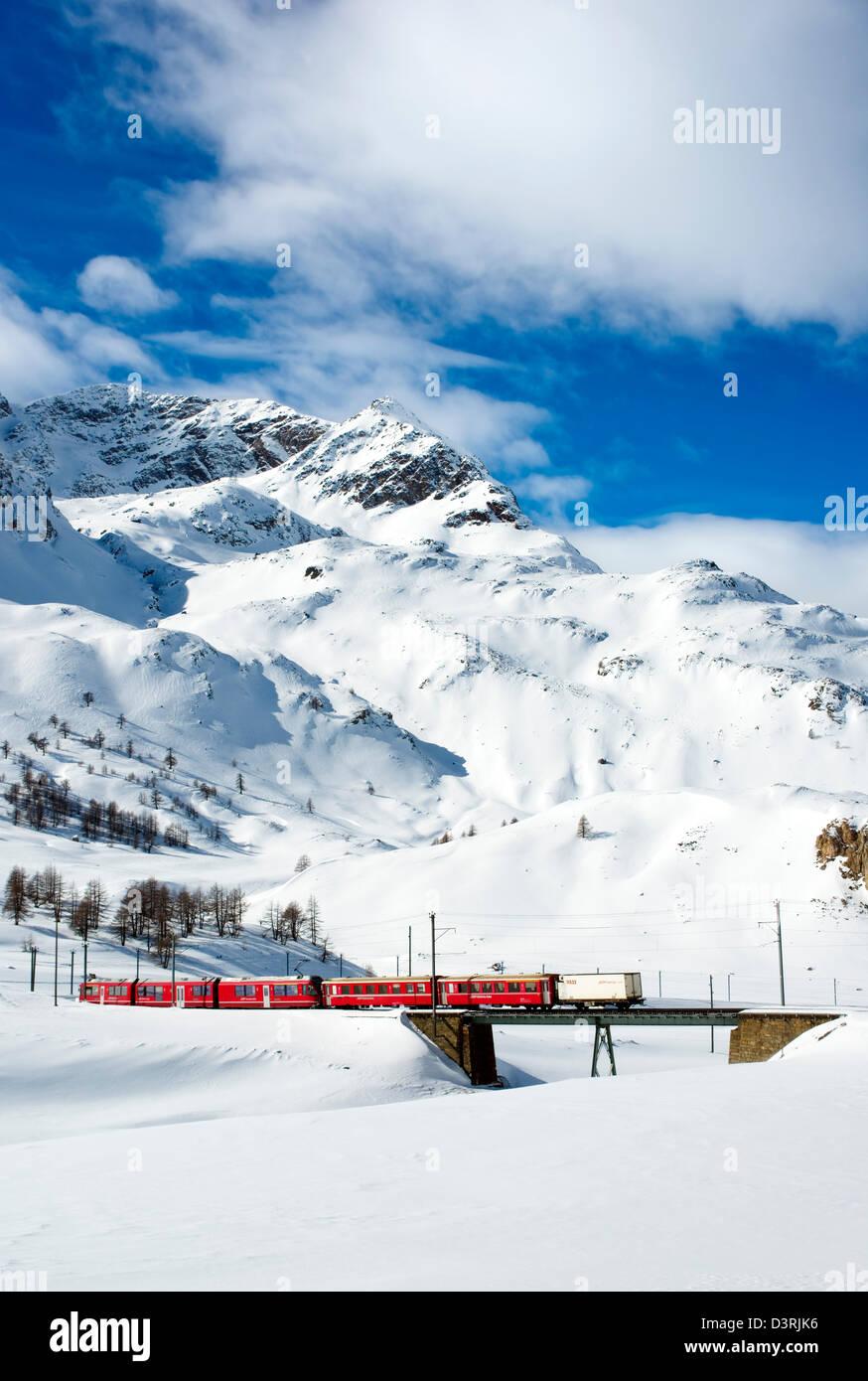 Tren de montaña en Lago Bianco Bernina Pase en invierno, Grisones, Suiza | Eisenbahn am Lago Bianco am Bernina Imagen De Stock