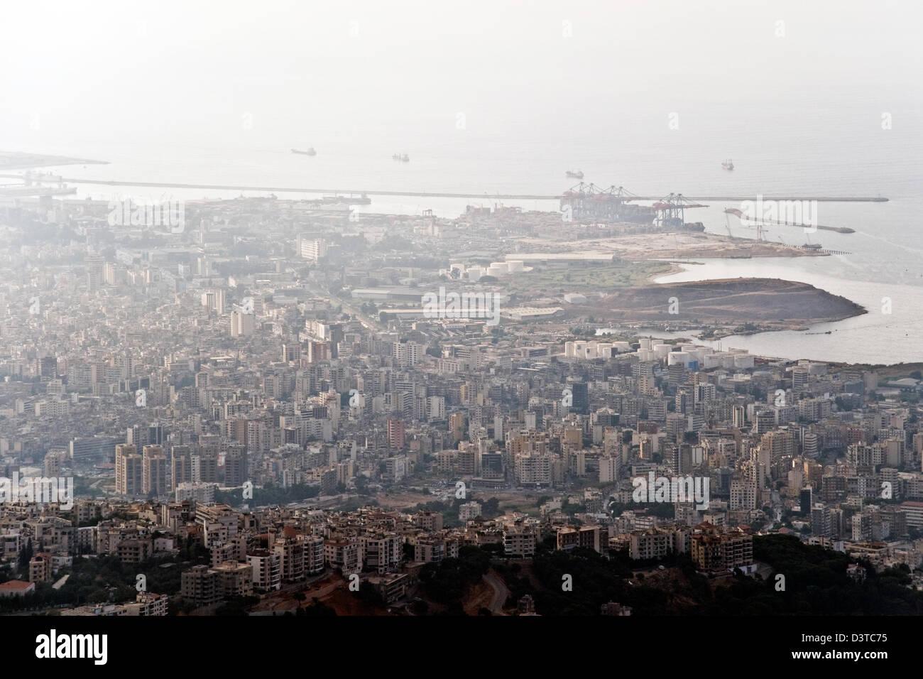 Una vista aérea de los buques que entren en un saliendo del puerto libanés de Beirut, en el Líbano. Imagen De Stock