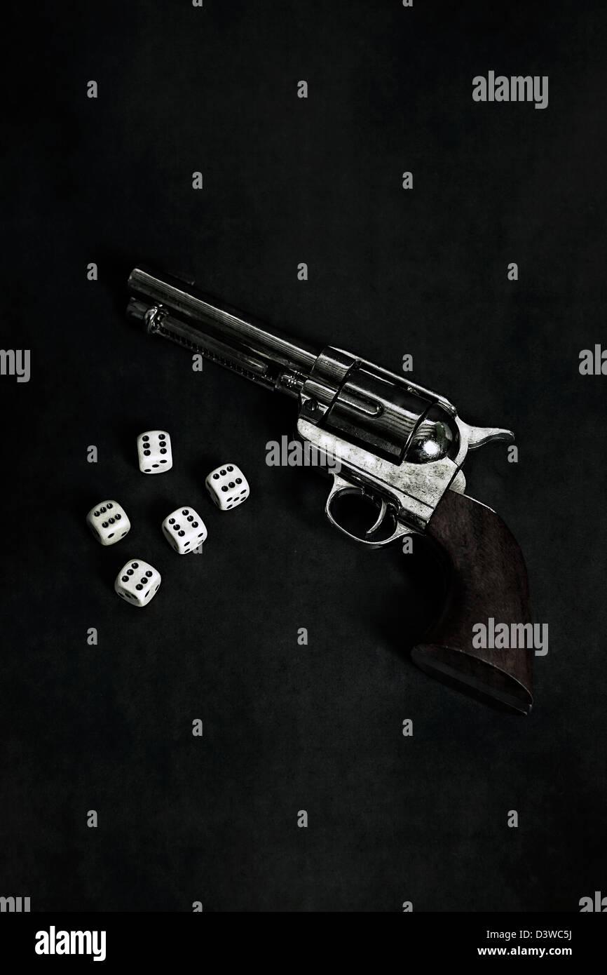 Una pistola con cinco dados Imagen De Stock