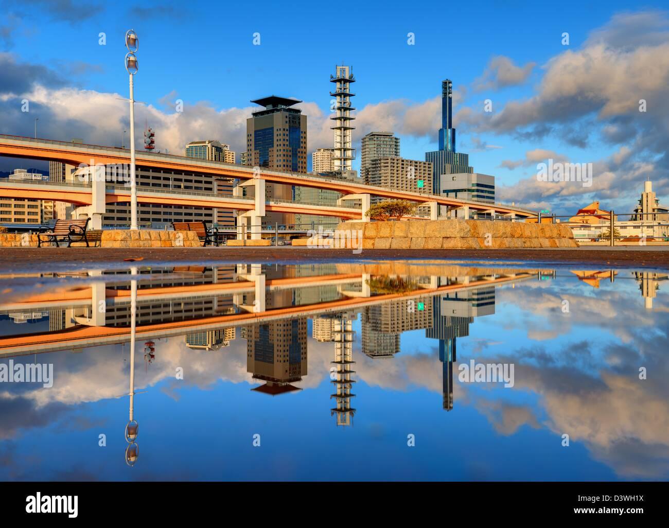 Moderna ciudad con reflejos naturales en un charco de Kobe, Japón. Foto de stock