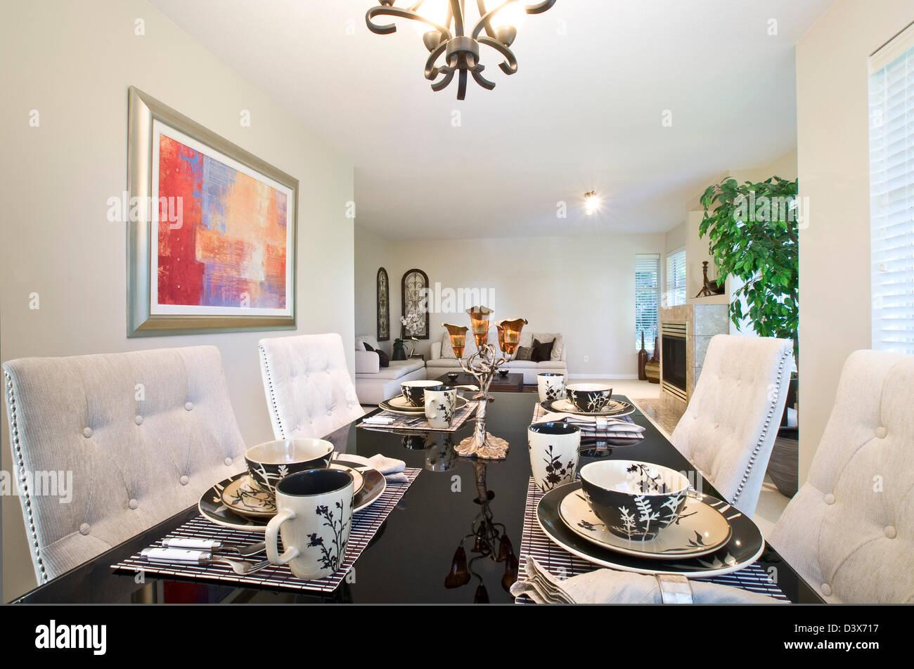 Mesa de comedor contemporáneo, con cena completa cubertería y la placa de ajuste. Imagen De Stock