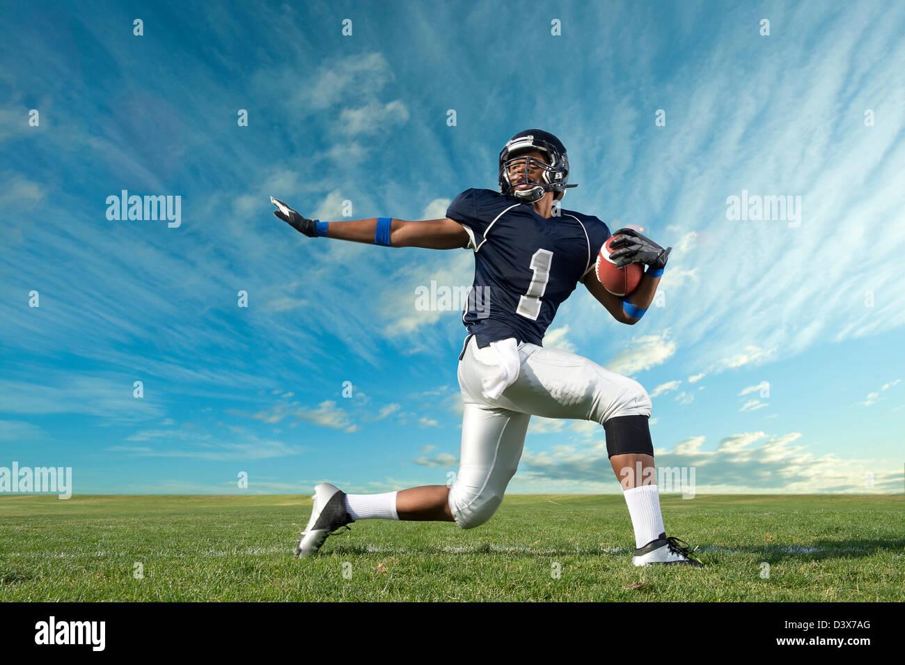 Jugador de fútbol americano africano preparada en campo Foto de stock