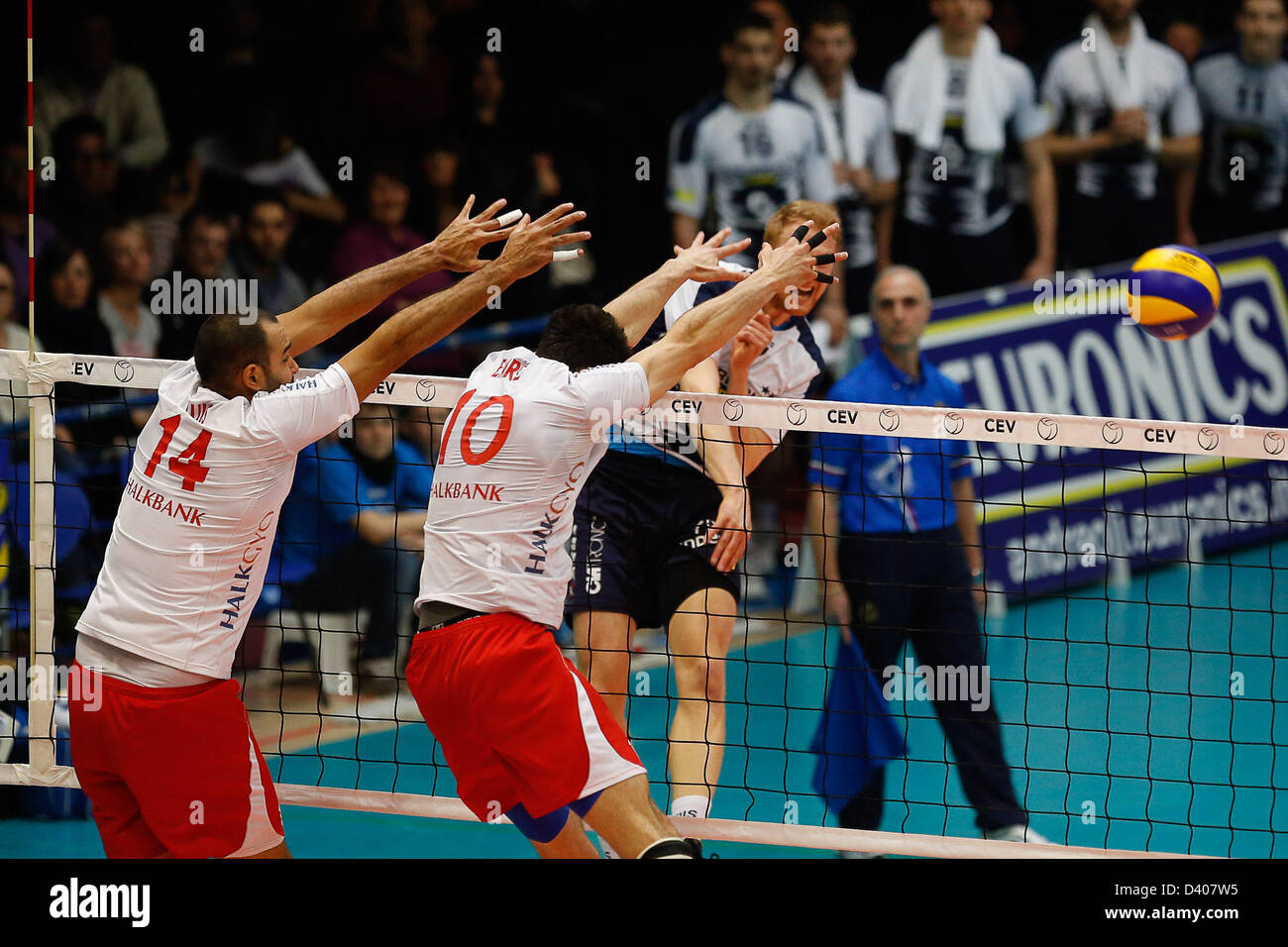 Latina, Italia. El 27 de febrero de 2013. Jakub Jarosz Wladyslaw hits dentro del bloack durante la final de la Copa Imagen De Stock