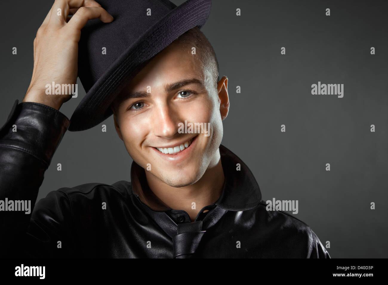 Joven Hombre caucásico en la moda masculina foto tomada en studio Imagen De Stock