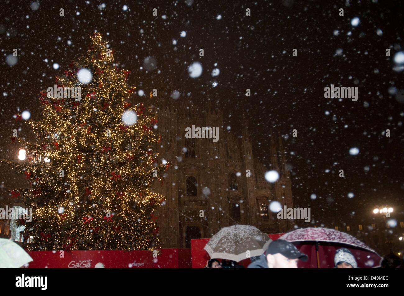 Etapa Noël árbol e iglesia catedral con nieve durante la Navidad en el Town Square en Milano, Italia Foto de stock