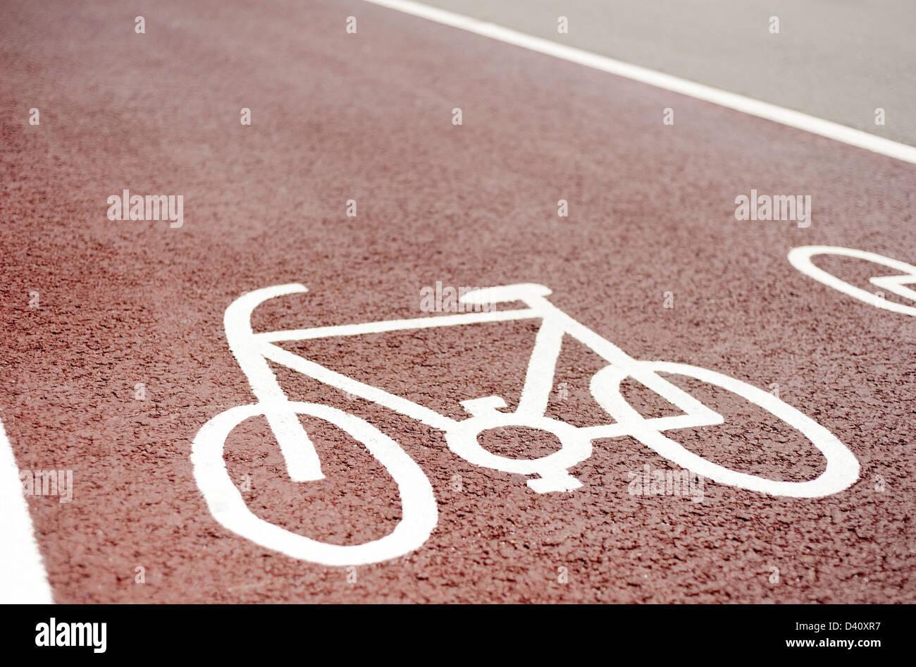 Ciclo designado lane camino símbolo rojo pintado sobre una superficie de asfalto, REINO UNIDO Imagen De Stock