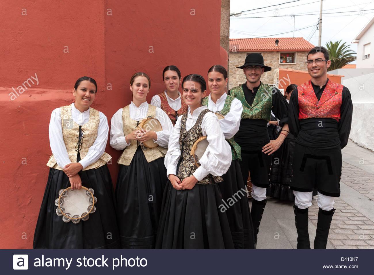 Bailarines de danza folklórica tradicional tomando un descanso durante las fiestas anuales, Corrubedo, Galicia, Imagen De Stock
