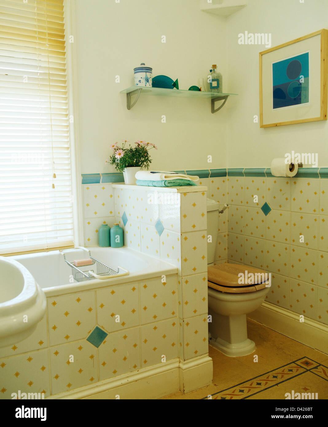 los azulejos de la pared manchada de amarillo con tejas
