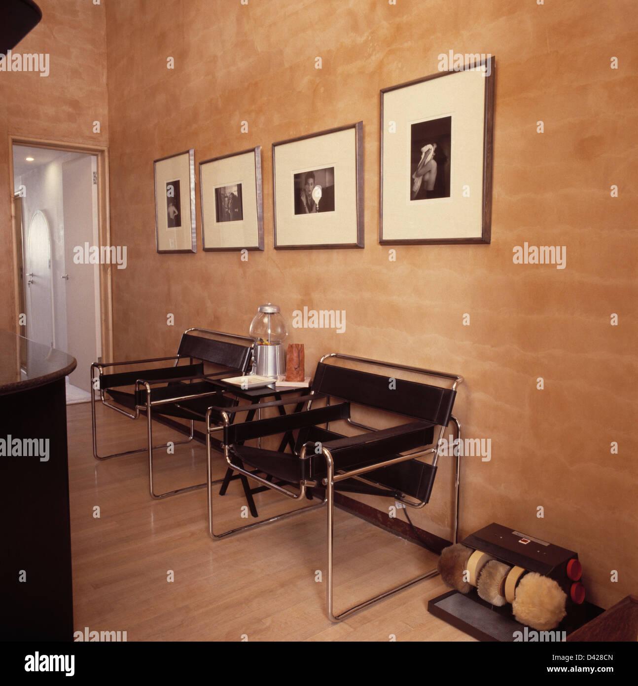 Enmarcado negro+whitIe fotografías en pared sobre dos Marcel Breuer ...