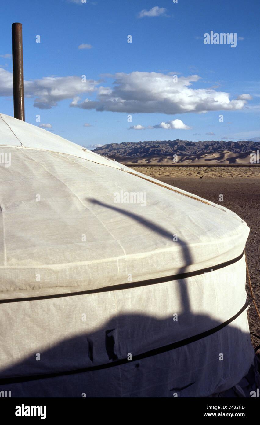 Amanecer en una ger (yurt) campamento en las dunas de arena de Khongoryn Els en el desierto de Gobi Gurvansaikhan del Parque Nacional de Mongolia. Foto de stock