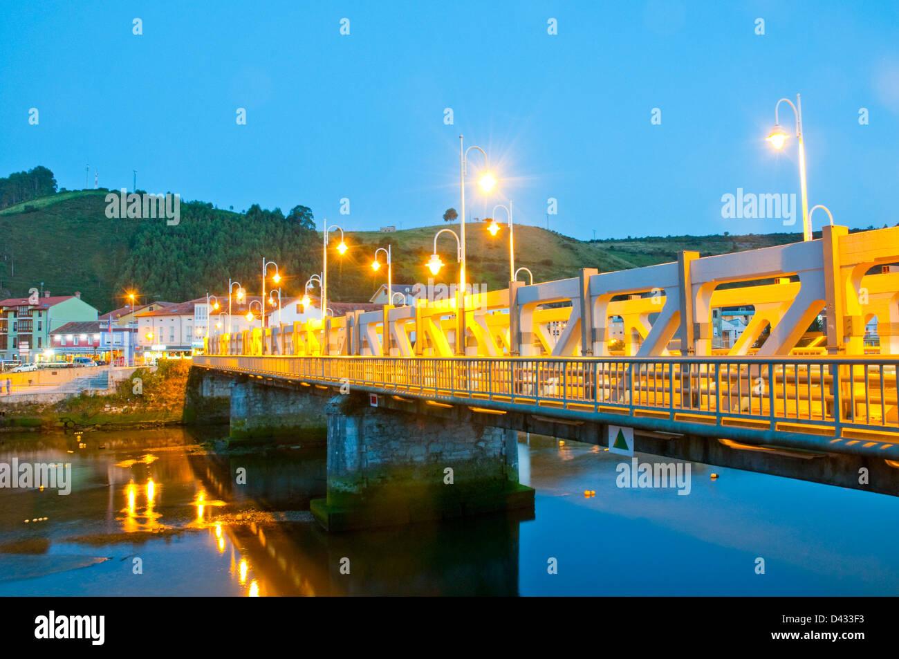 Puente sobre el río Deva, vista nocturna. Bustio, Asturias, España. Foto de stock