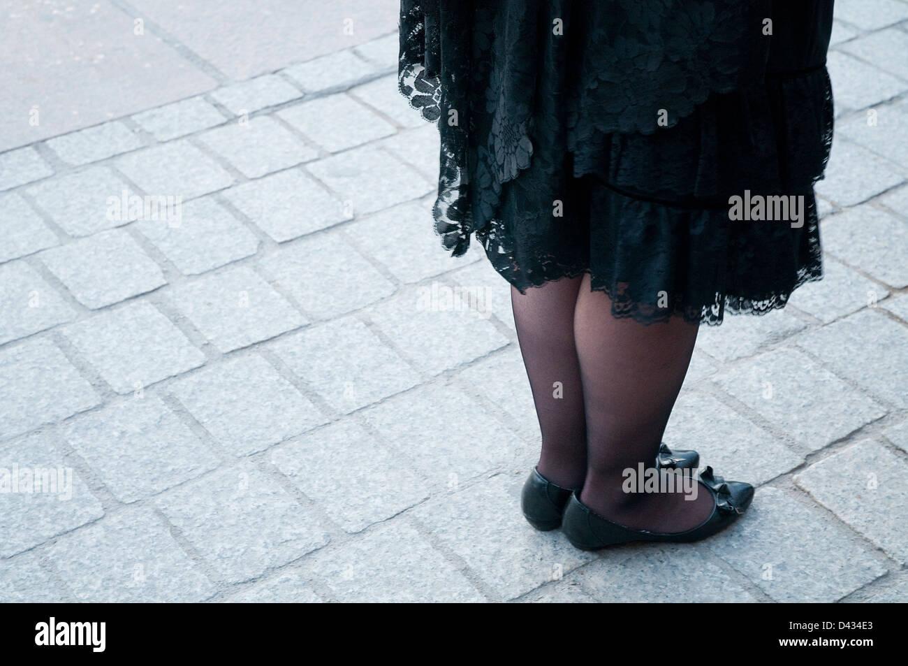 Las piernas de una mujer en una procesión de Semana Santa. Madrid, España. Imagen De Stock