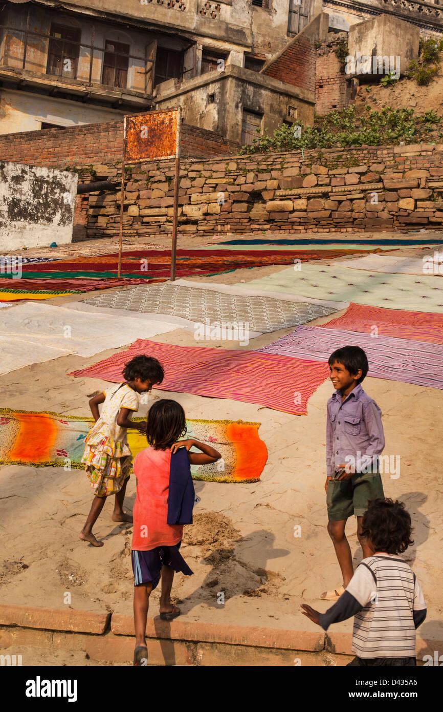 Niños en los ghats de Varanasi, en India Imagen De Stock