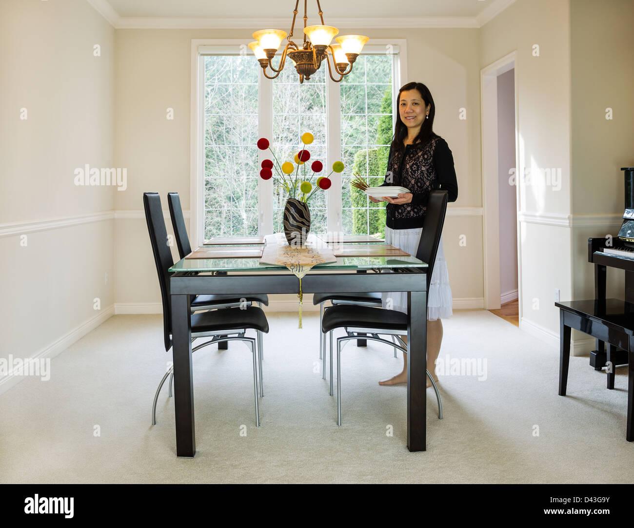 Mujer madura ajuste mesa de comedor Imagen De Stock