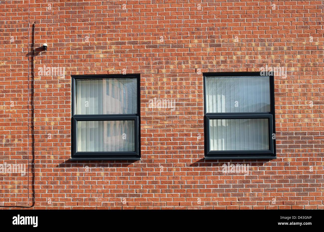 Ventanas en pared de ladrillo del moderno edificio de oficinas. Imagen De Stock