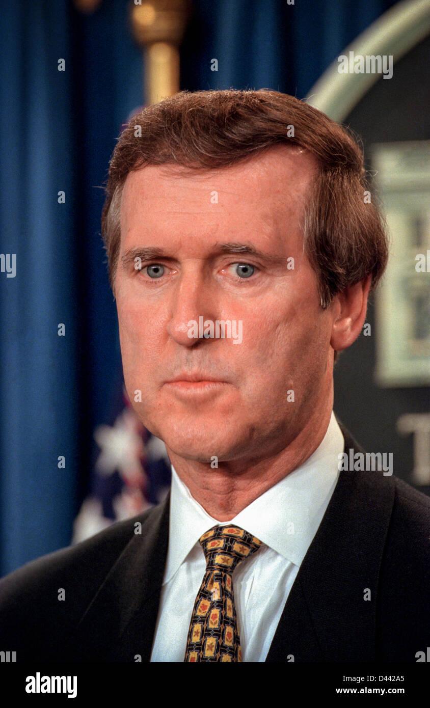 El secretario estadounidense de Defensa, William Cohen, mira como el ...