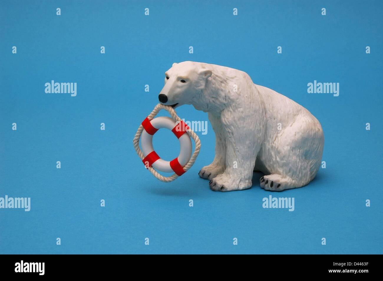 Ilustración - miniatura de un oso polar tiene una boya de seguridad en miniatura en su boca en Berlín, Alemania, el 22 de diciembre de 2007. Foto: Berliner Verlag/S.Steinach Foto de stock