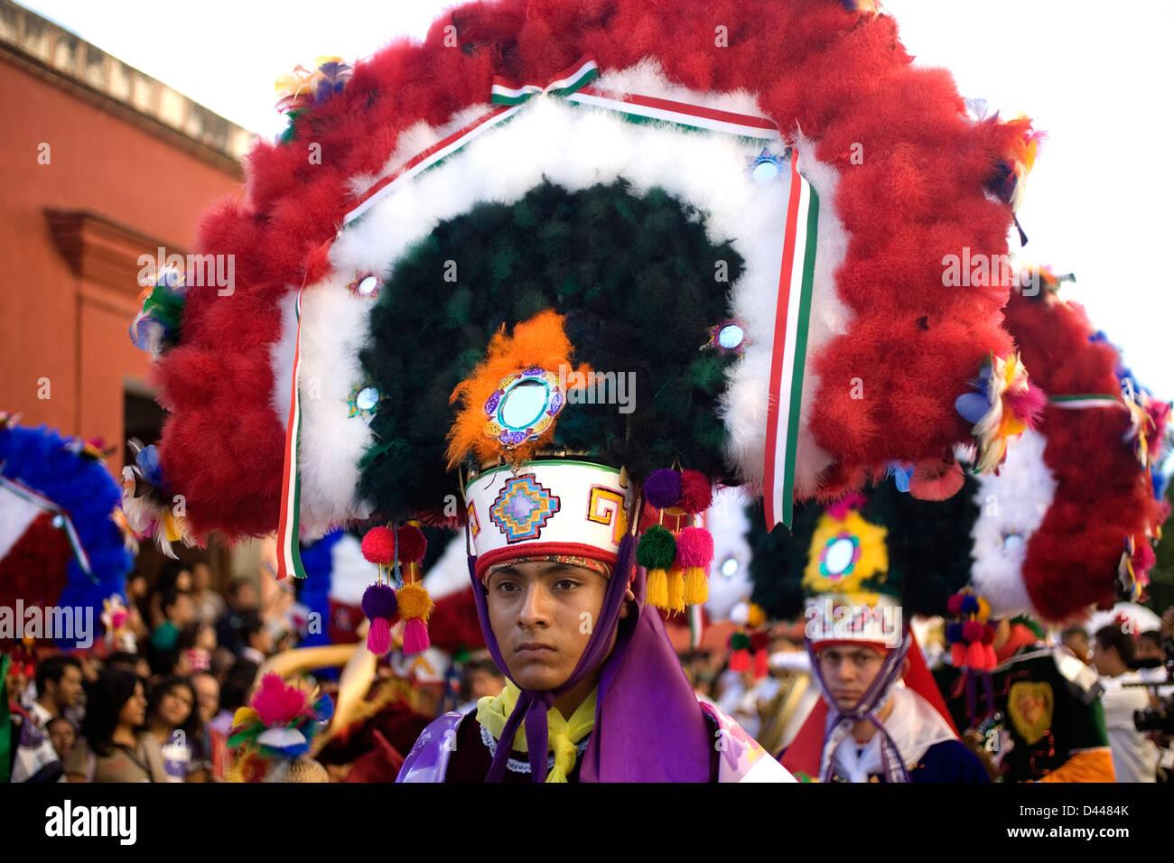 Un bailarín realiza la danza de la pluma o la Danza de la pluma durante el desfile de la Guelaguetza en Oaxaca, Imagen De Stock