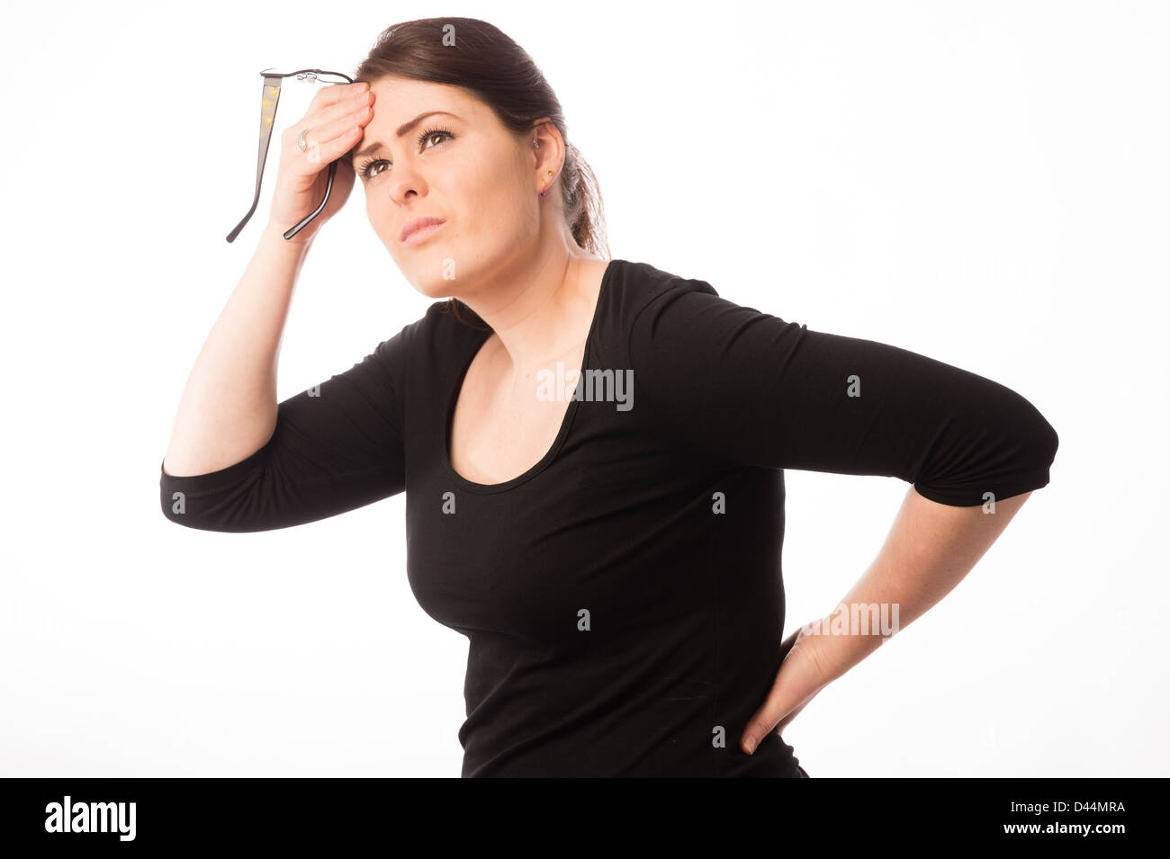 Una mujer joven, de cabello castaño, sufriendo de dolor de espalda, el estrés la tensión preocupe Imagen De Stock