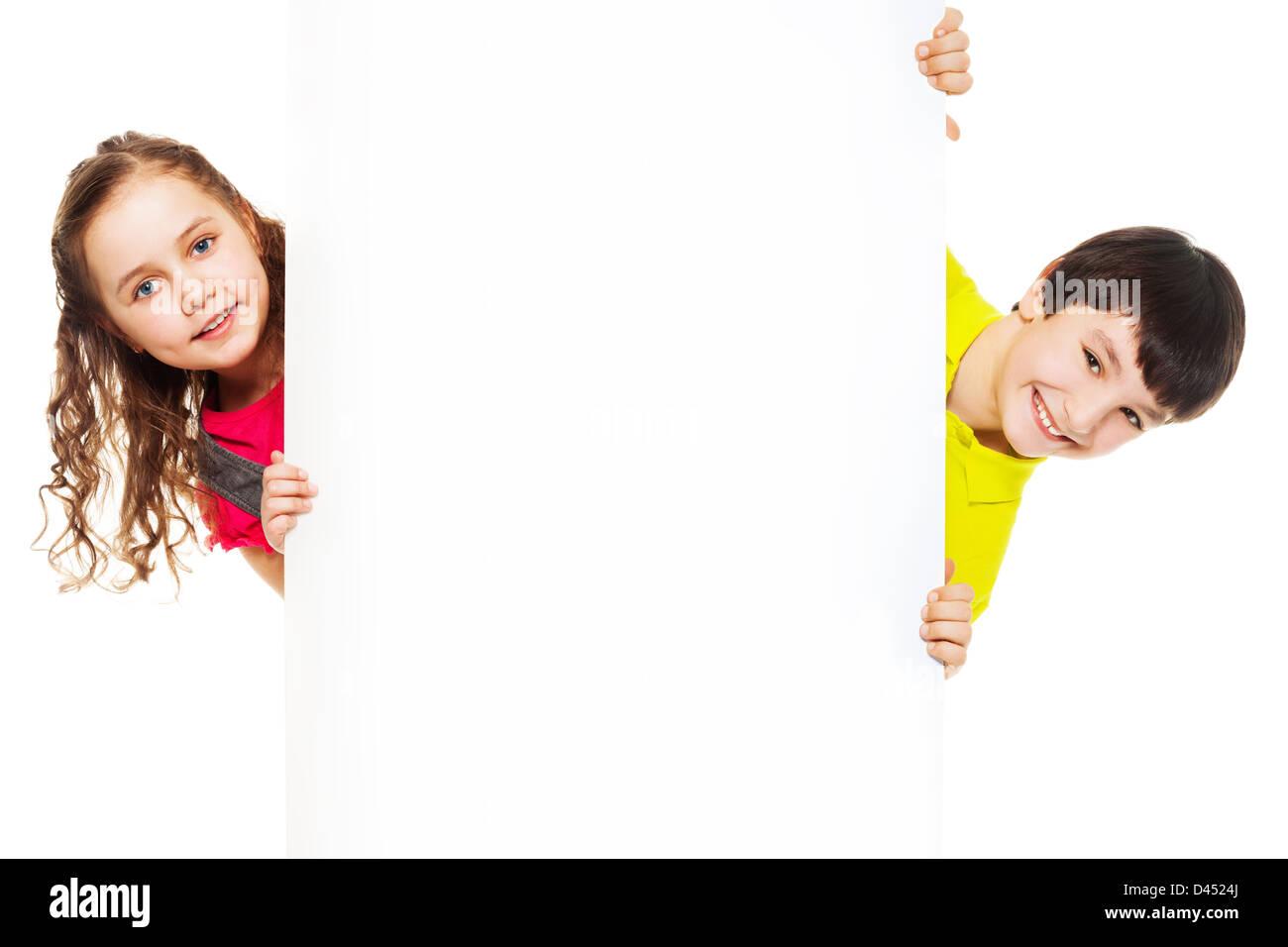 47f691abfd7 Dos niños, niño y niña mostrando placa en blanco para la publicidad que se  inserta
