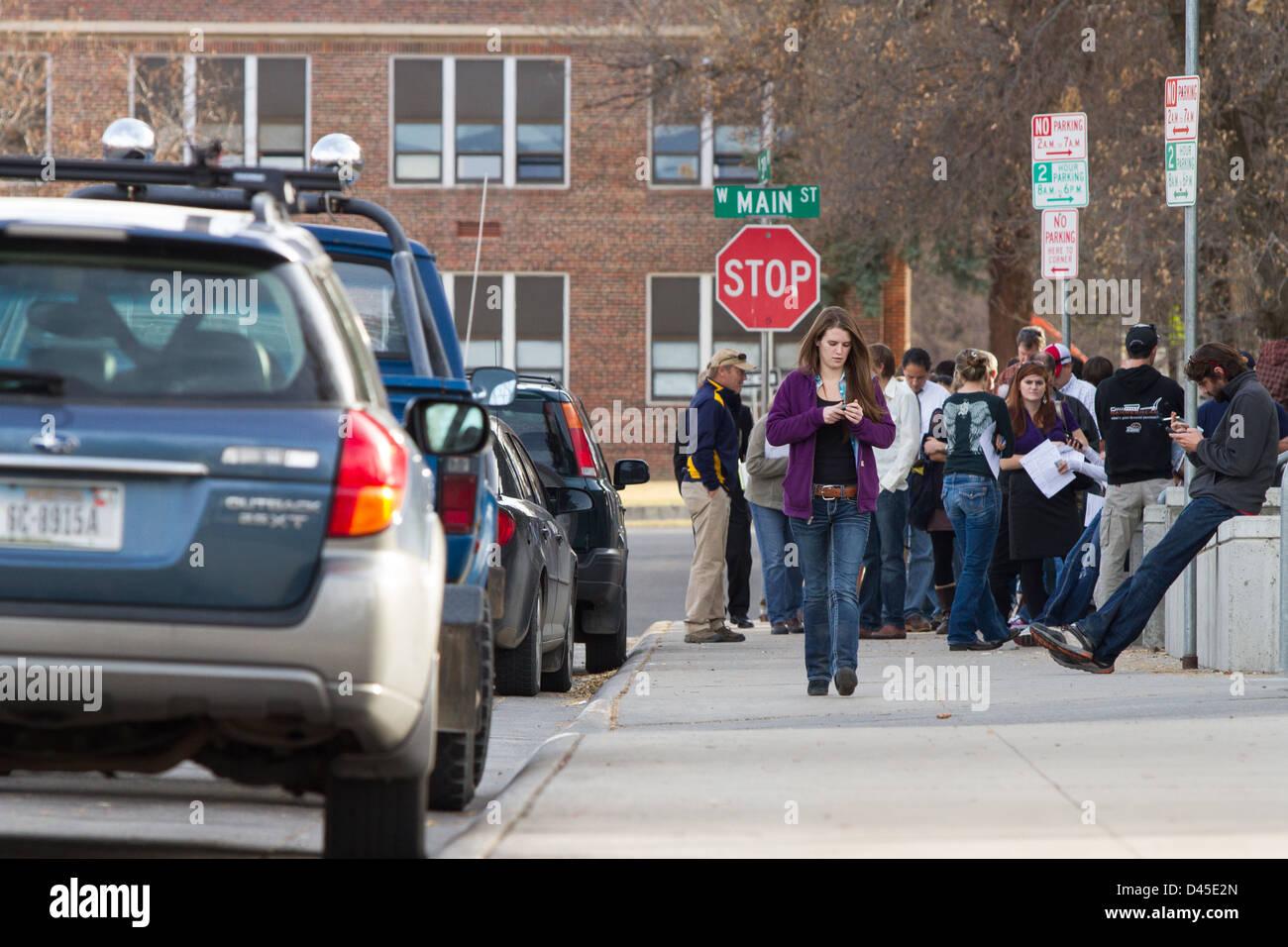 Los votantes esperan fuera de la Gallatin County Courthouse en el centro de la ciudad de Bozeman Montana para emitir Imagen De Stock