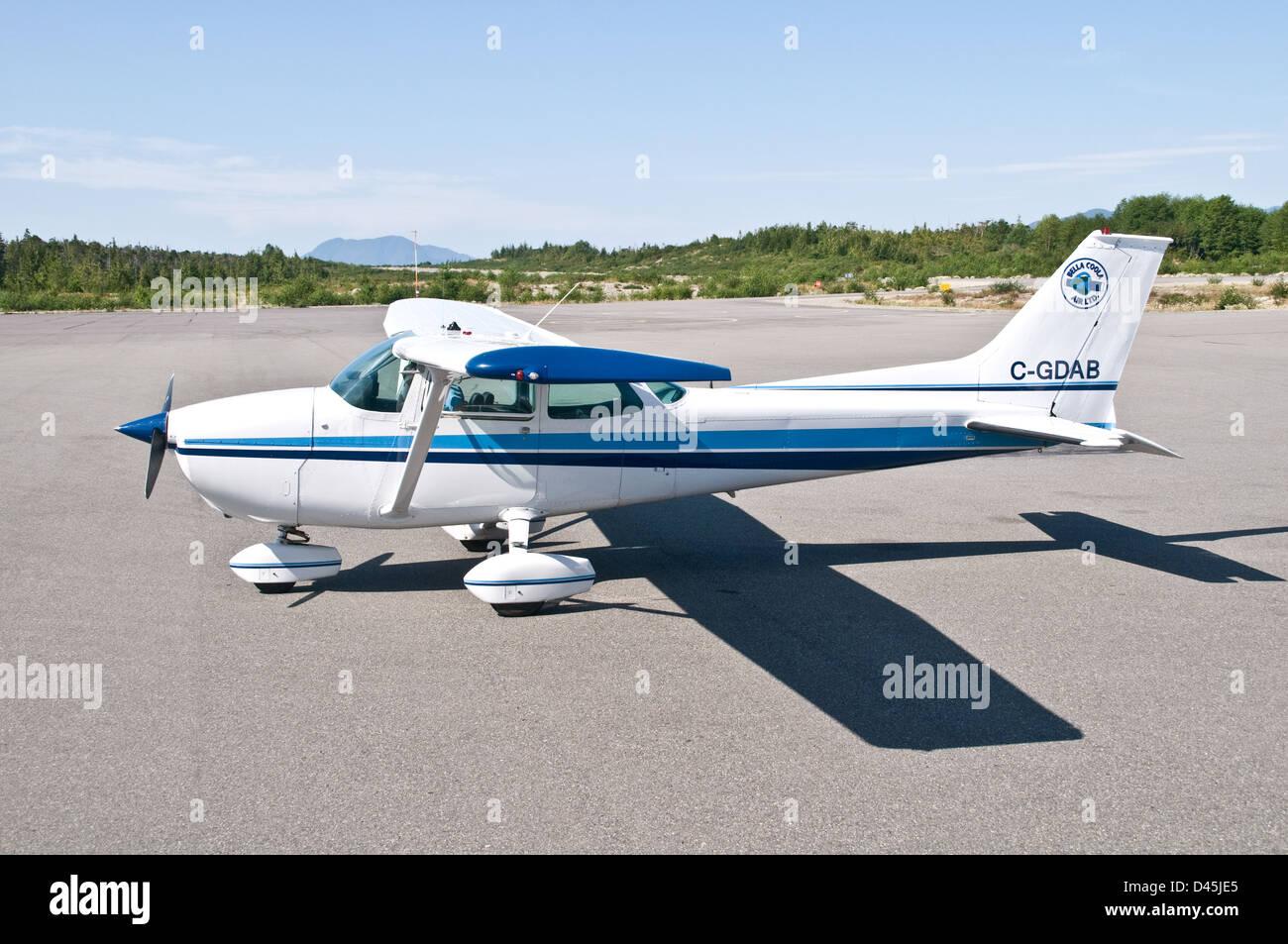 Un avión Cessna 172 estacionado sobre el asfalto en Bella Bella airport, en The Great Bear Rainforest, British Imagen De Stock