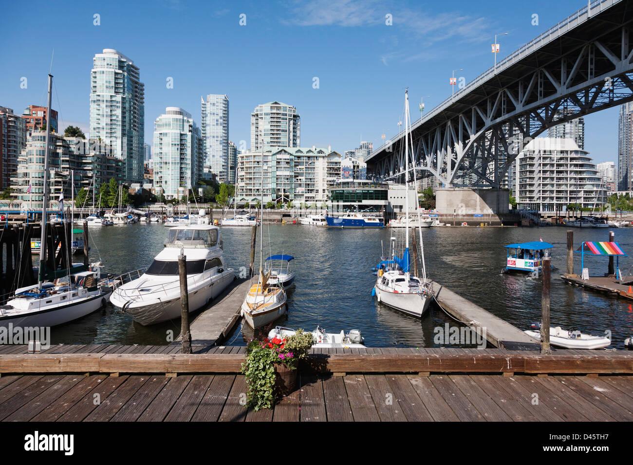 Los barcos atracaron en la isla de Granville, Vancouver, British Columbia, Canadá Imagen De Stock