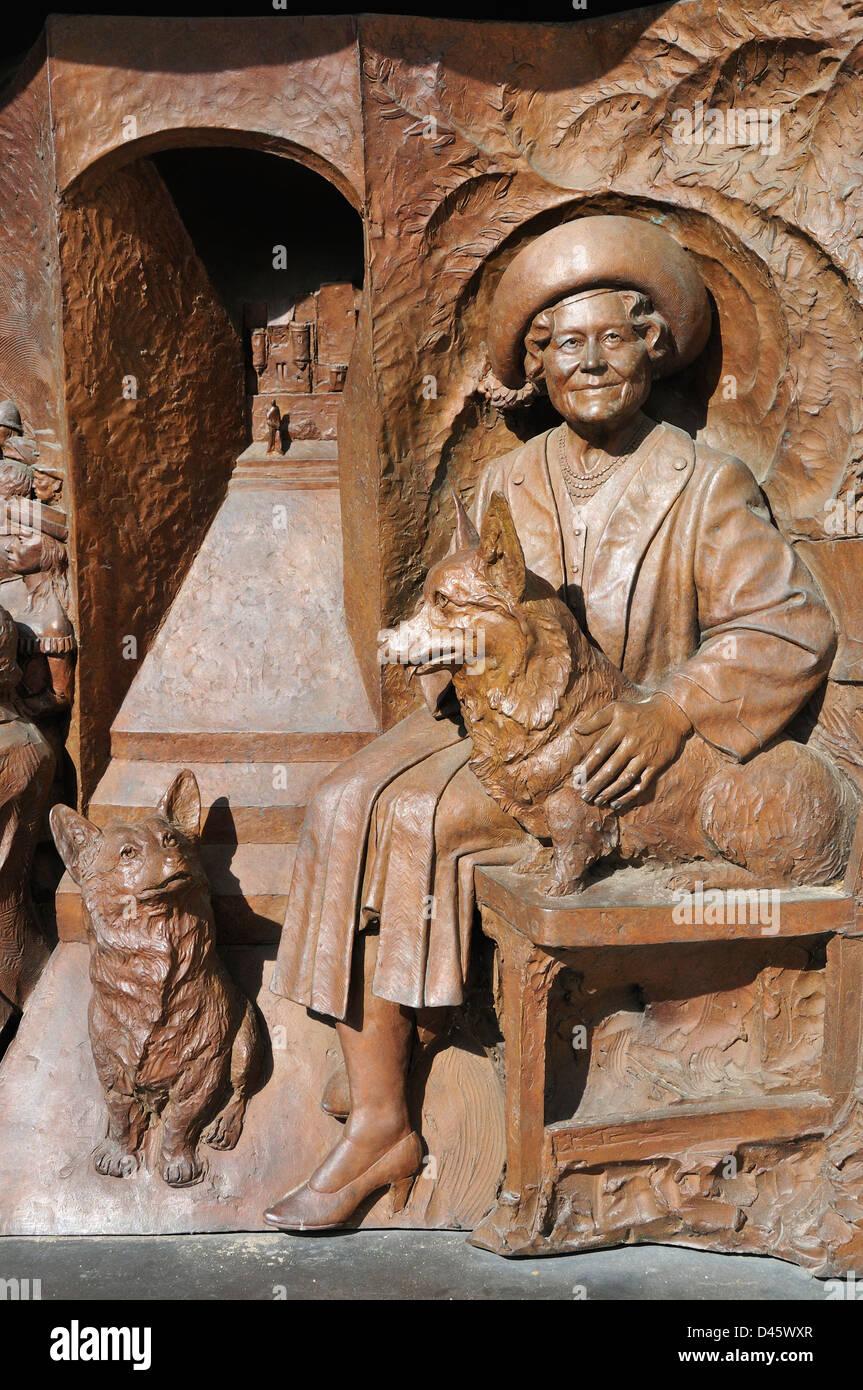 Londres, Inglaterra, Reino Unido. Philip Jackson Memorial (2009); a la Reina Elizabeth, la Reina Madre, en el Mall. Foto de stock