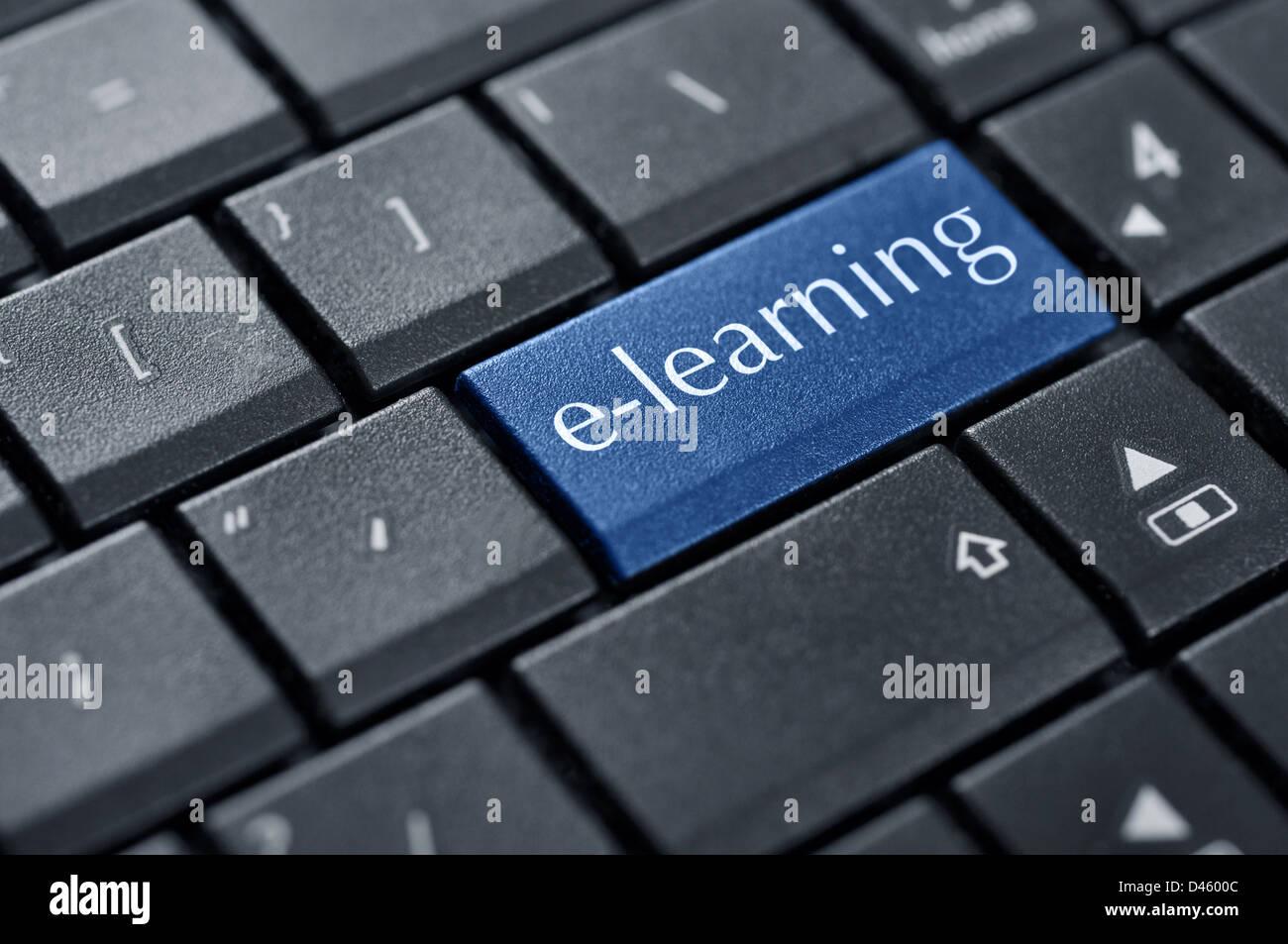 Conceptos de e-learning para el aprendizaje basado en el ordenador, con un mensaje sobre la tecla Enter del teclado. Foto de stock