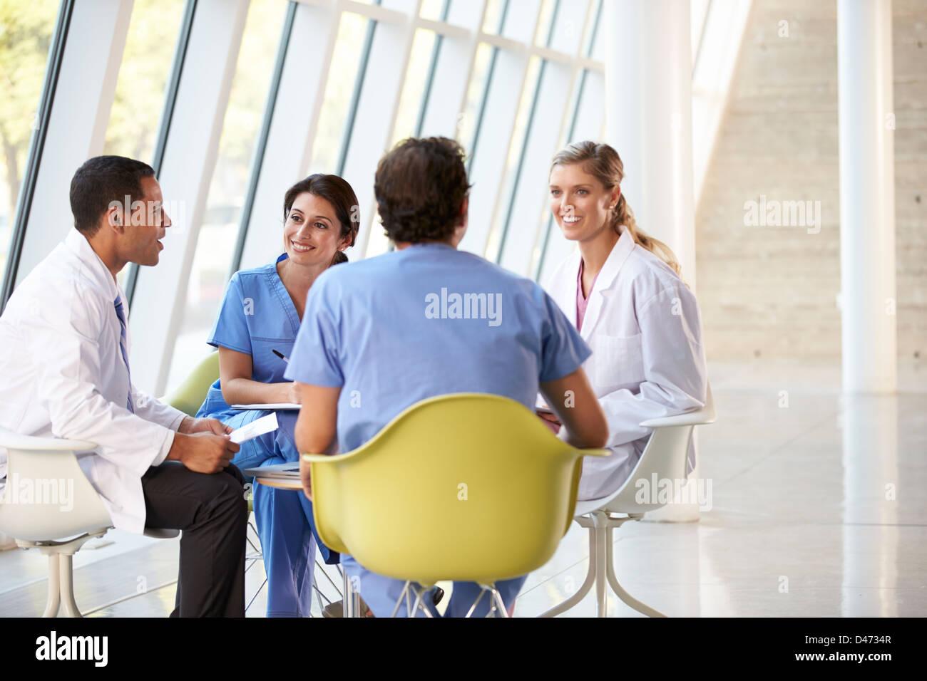 Reunión de equipo médico en torno a una mesa en un moderno hospital Imagen De Stock