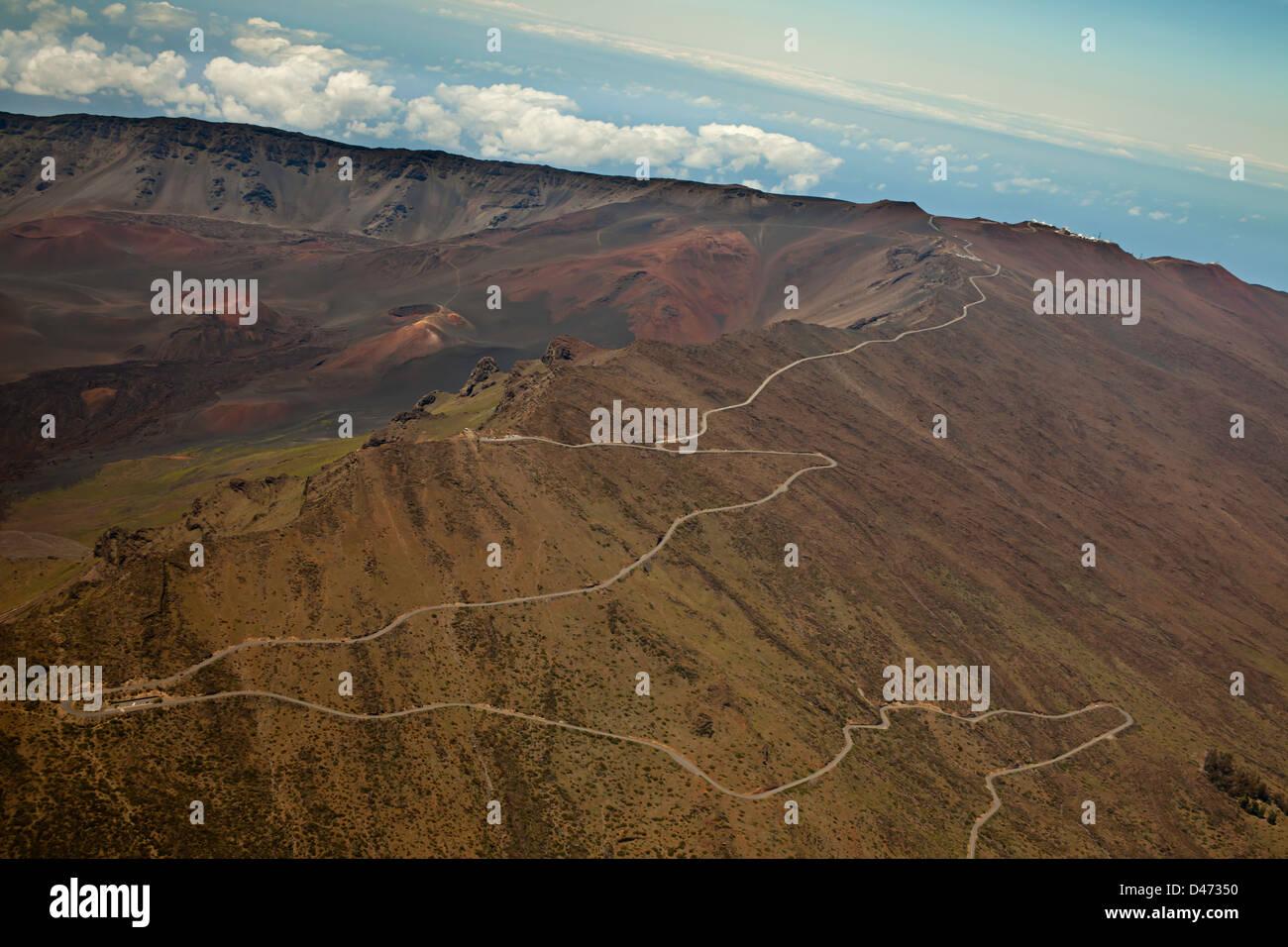 Una vista aérea a través de cráter Haleakala mostrando Lu Ka o ka'u O'o el cono y la Ciudad Imagen De Stock