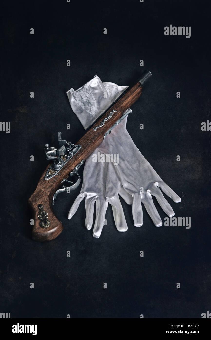 Un viejo rifle militar con guantes blancos Imagen De Stock