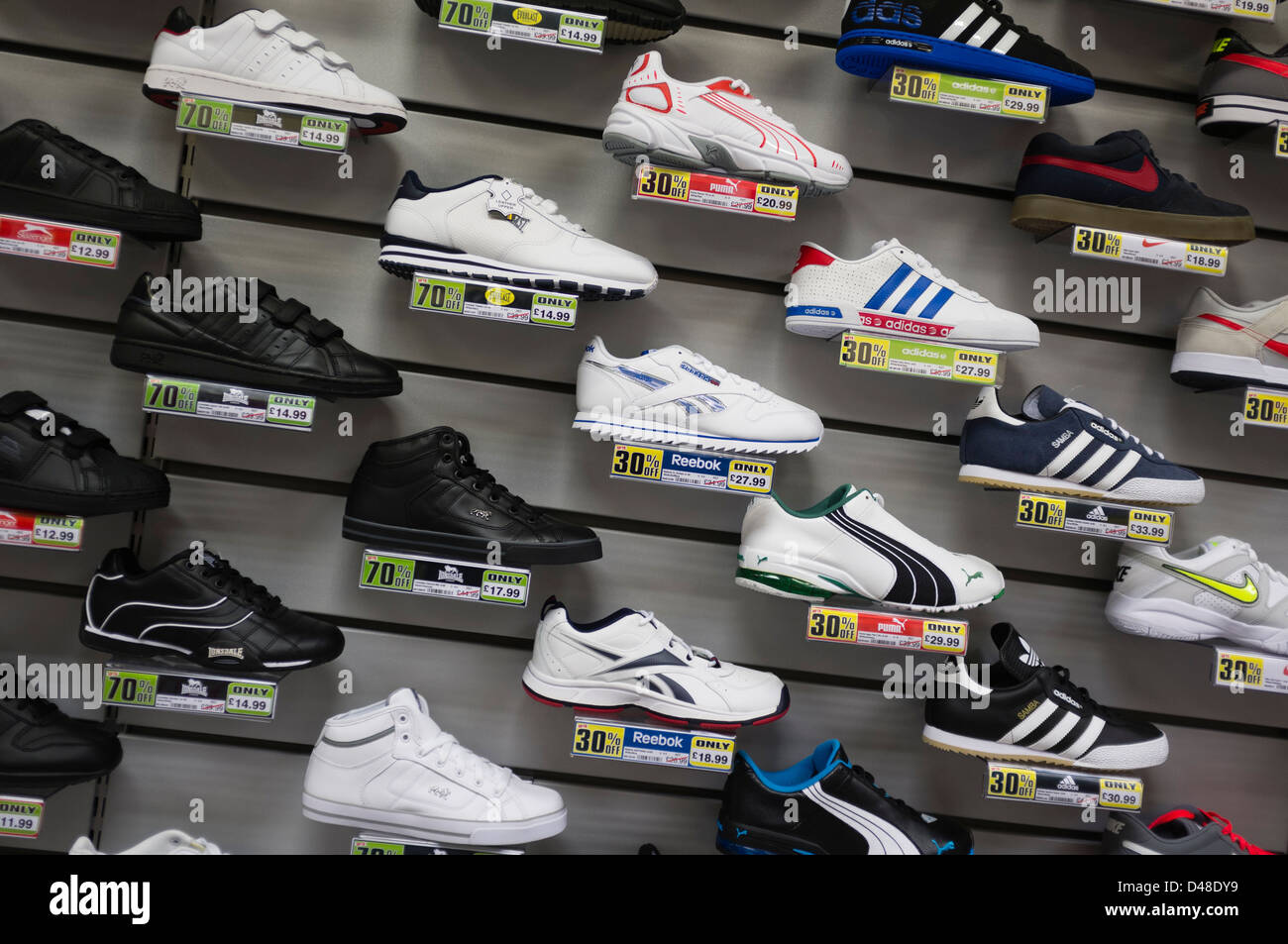e396c2a746498 Sports Direct Store Uk Imágenes De Stock   Sports Direct Store Uk ...