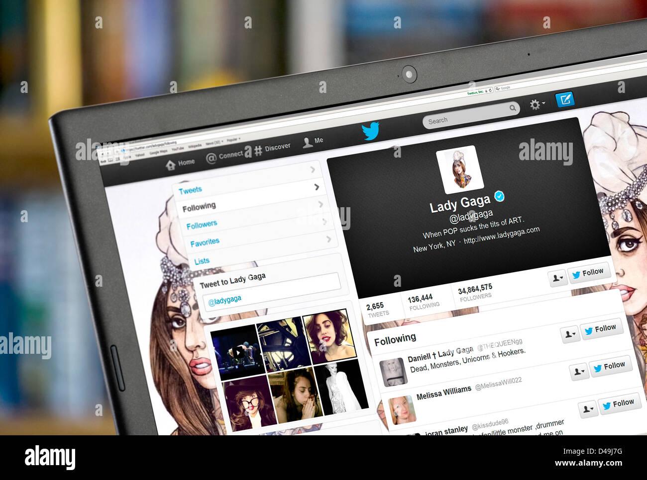 Lady Gaga's Twitter página en un ordenador portátil Imagen De Stock