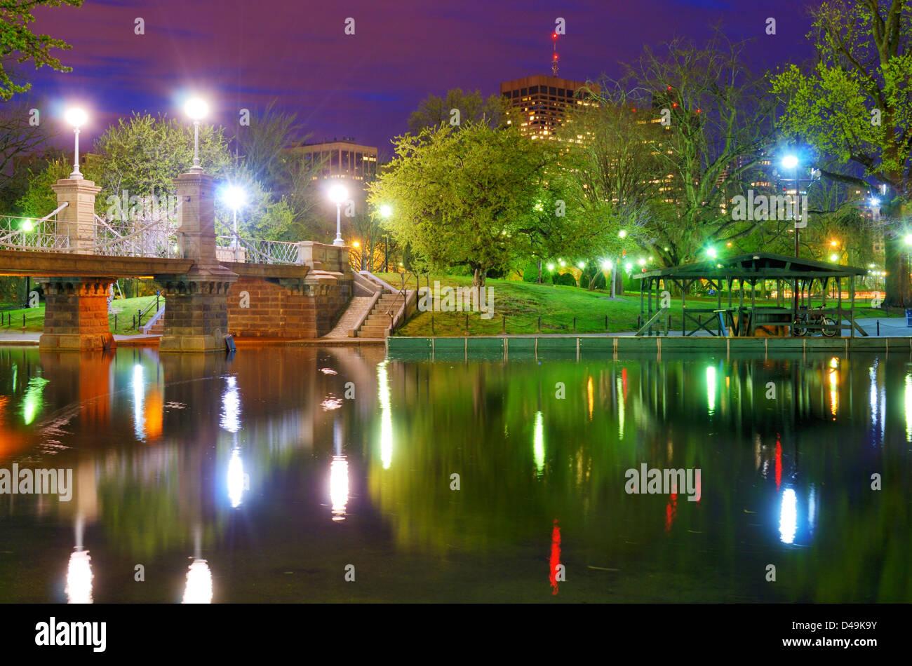 Puente de la laguna en el Boston Public Gardens en Boston, Massachusetts. Foto de stock