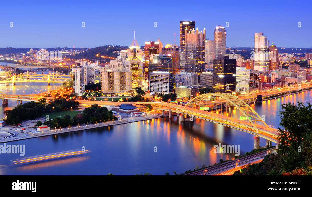 El centro de Pittsburgh, Pennsylvania al anochecer. Foto de stock